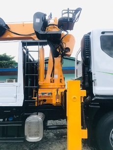 EURO 4 Daewoo 7 tons Boom Truck with Hydraulic operated Man Lift